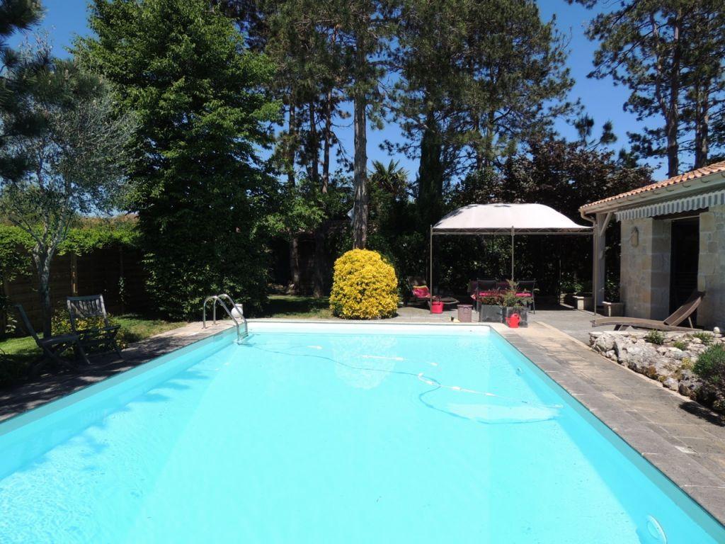 Maison Villeneuve Sur Lot 6 pièce(s) 171 m2 sur  un jardin  joliment arboré de 1155 m2 avec piscine