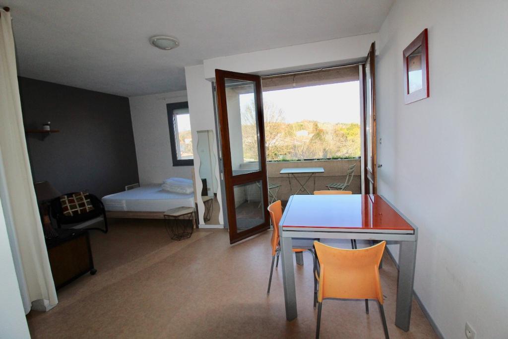 VILLENEUVE SUR LOT, Dans le quartier d'Eysses très agréable studio de 23 m2, avec ascenseur et grand balcon dans une résidence au calme. PLACE DE PARKING.  Résidence à proximité des commerces et de l'IFSI.  Cynthia sera heureuse vous faire visiter ce loge
