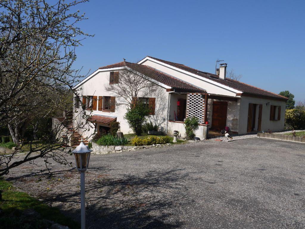A vendre, maison à Villeneuve Sur Lot, avec piscine,  4 chambres et une cuisine équipée