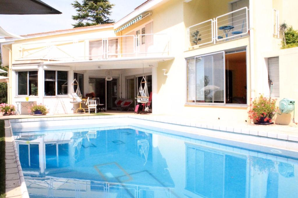 Maison d'architecte de 330 m2 habitables avec 4 chambres et un bureau, avec vue panoramique, dans site très calme. Jardin arboré avec vue de presque 2 ha avec piscine.