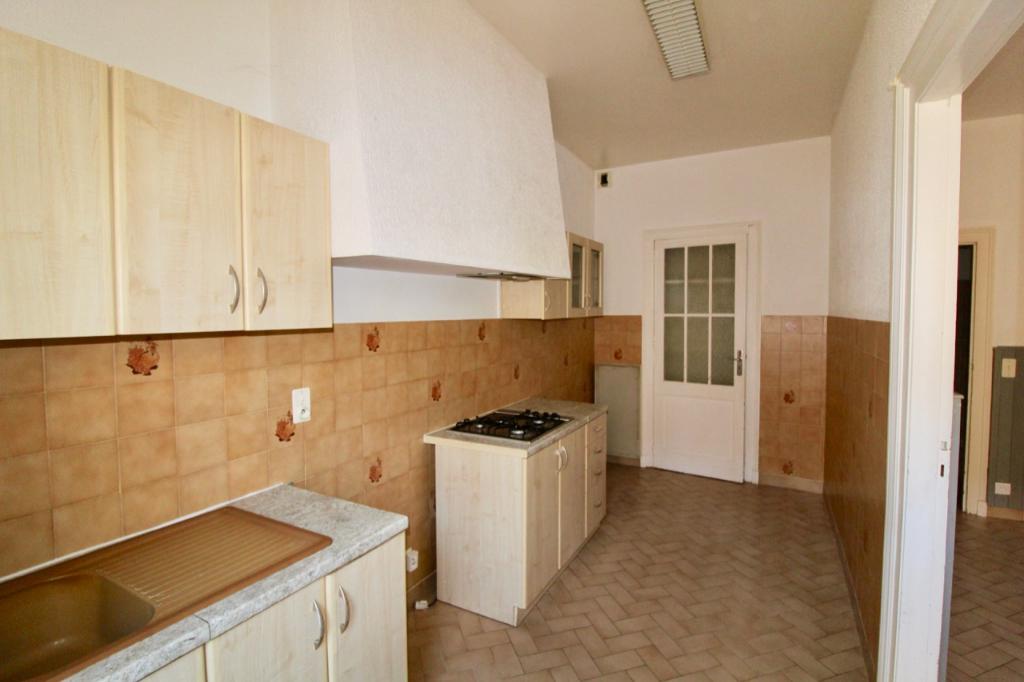 VILLENEUVE SUR LOT, Dans un immeuble à deux pas du centre ville, agréable  appartement de type T1 Bis en très bon état comprenant une cuisine, un salon à usage de chambre et une salle d'eau avec WC.  L'appartement possède une terrasse privative d'environ