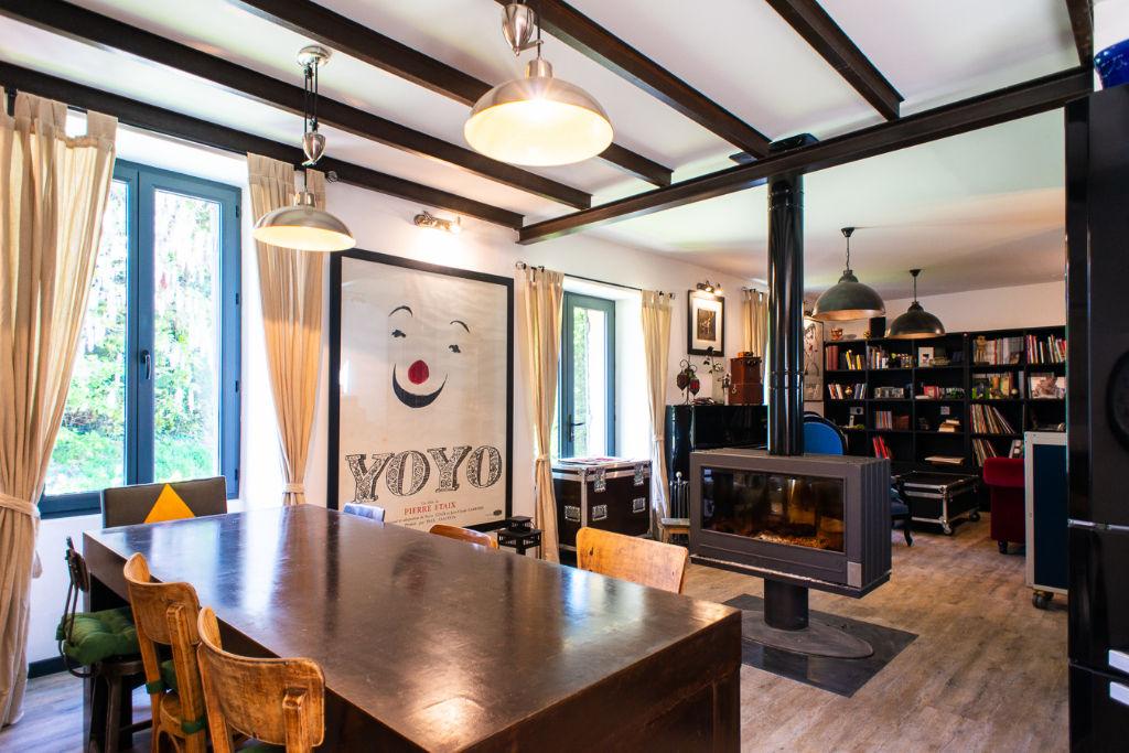 Secteur Monflanquin, maison de village en pierres  d'environ 100 m2 avec beaucoup de charme. On aime particulièrement : - ses 3 chambres dont 1 au rez-de-chaussée - sa belle terrasse en bois très privative - la proximité d'un des plus beaux villages de Fr