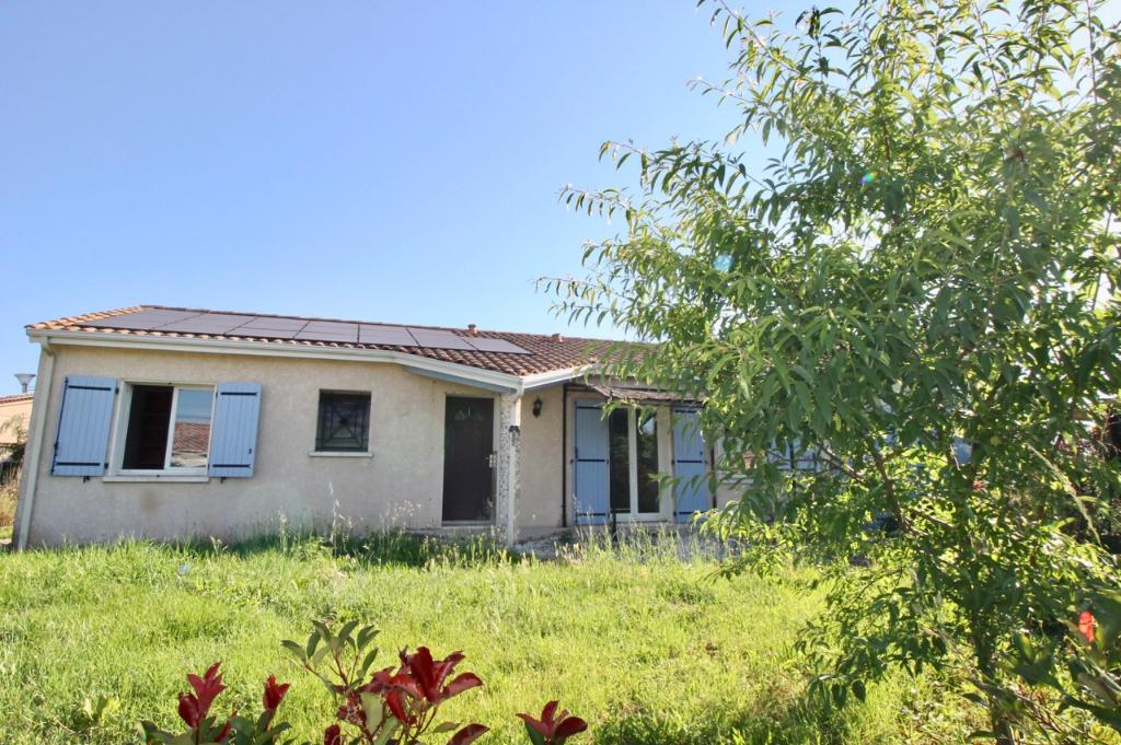 Maison à Bias dans une commune voisine de Villeneuve sur Lot à proximité des commerces, maison de plain-pied de 2006 d'environ 96m2 comprenant une pièce de vie d'environ 46 m² très lumineuse donnant sur le jardin et  3 chambres( toutes avec placards). Le
