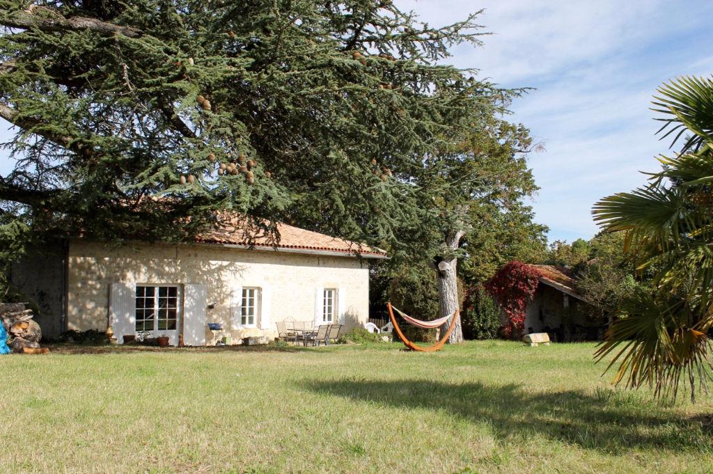 Dès l'arrivée dans son jardin de 4657 m2 on est sous le charme des arbres centenaires. Cette maison nous accueille ensuite avec ses vieilles tomettes, ses pierres apparentes, ses quatre chambres et sa grande pièce de vie avec vue sur la piscine.