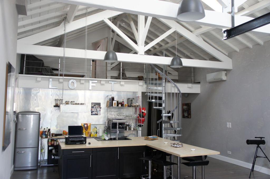 Dans une rue calme du centre ville, Loft de 119 m² Villeneuve Sur Lot comprenant 3 chambres une salle de bains et1 salle d'eau  avec agréable terrasse et garage en ville