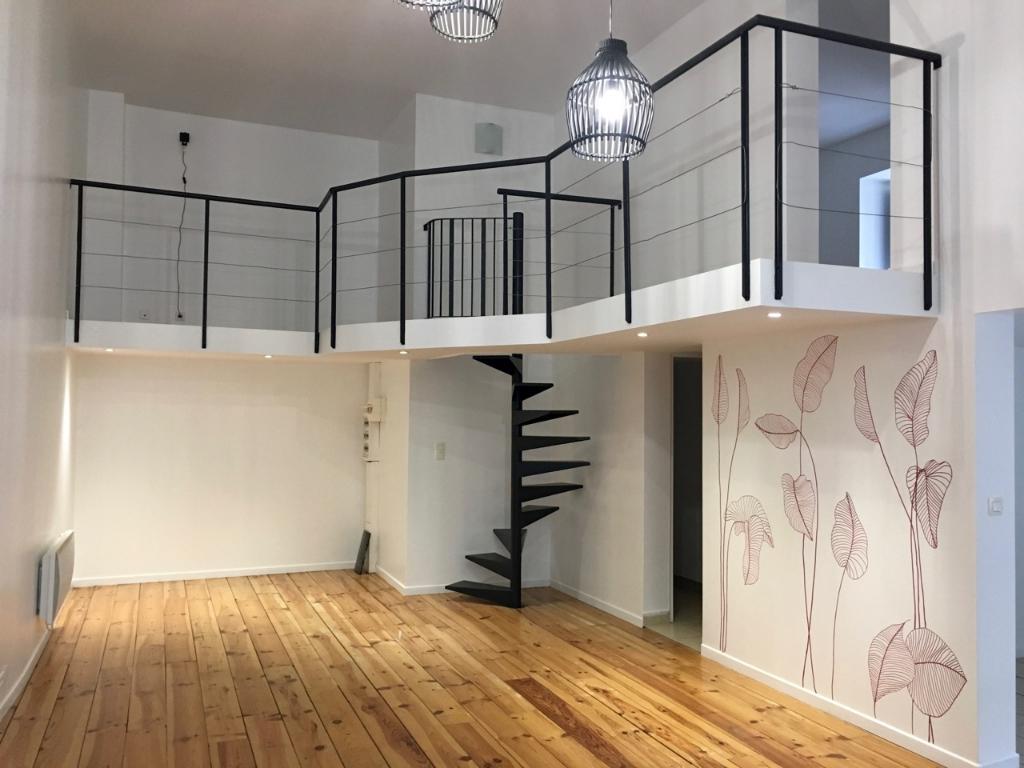 Secteur CASTELMORON, dans le village de MONCLAR D'AGENAIS, appartement de type 3 d'environ 73,33 m2.  L'appartement comprend en rez-de-chaussée : une pièce de vie, un coin cuisine, un WC et une salle de bains. A l'étage une mezzanine avec coin bureau et d
