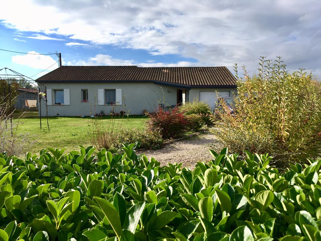 Bias, à 5 mn de Villeneuve sur Lot, en campagne, cette maison de plain pied de  1999 offre 111,37 m2 habitables avec ses 4 chambres dont une avec douche et lavabo et sa salle de bains. Grand séjour de 53 m2 comprenant une cuisine équipée, 3 chambres avec