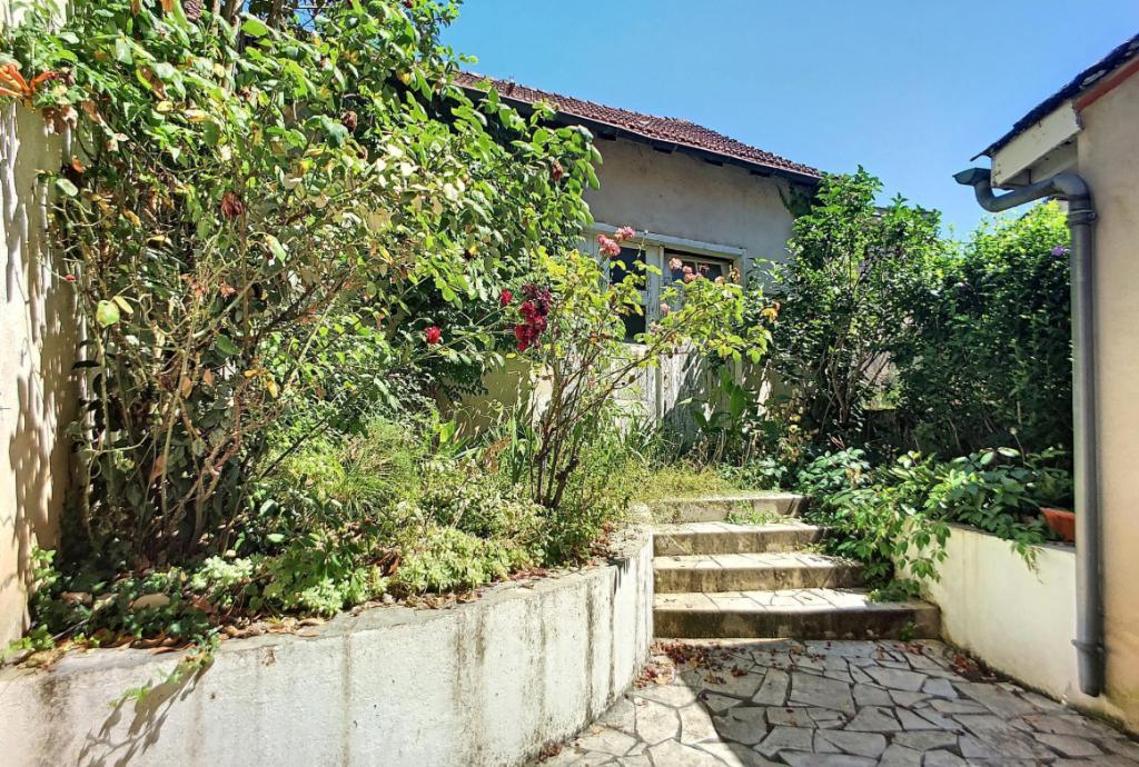 Villeneuve sur Lot, entre Eysses et le centre ville, maison de ville de 75 m² habitable à rénover, composée au rez-de-chaussée d'un salon, d'une cuisine de 20 m² donnant sur agréable jardinet sur l'arrière d'environ 30 m², à l'étage deux chambres spacieus