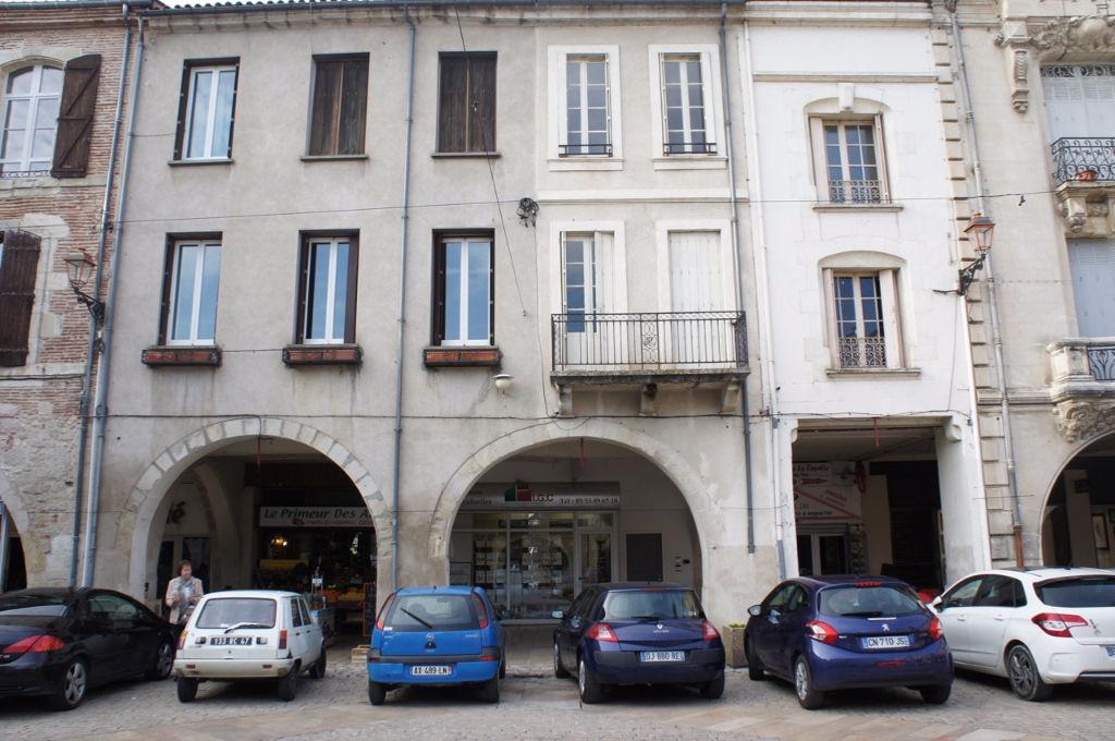 Villeneuve sur Lot centre, sur la place Lafayette, cet immeuble de 264,8 m² comprend : - Au RDC un local commercial d'environ 55m²  et sous-sol, actuellement libre, à la location 620 €/mois, - Au premier étage un  appartement T2 rénové de 37 m² comprenant