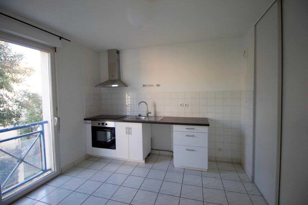 A Villeneuve sur Lot, appartement T2 d'environ 63,83 m2 situé au 1er étage d'une petite résidence avec place de parking.  Appartement comprenant une entrée, une grande pièce de vie, une cuisine avec placards, une chambre avec placards, une salle de bains