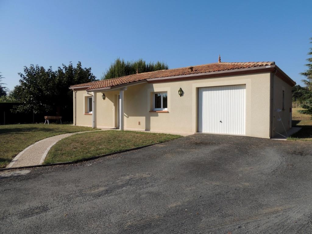 Villeneuve sur Lot, maison récente de 113 m2, idéalement située, de plain pied de  dans un quartier très calme à Villeneuve-sur-Lot, comprenant 3 chambres avec placards, une salle de bain avec douche et placard, 1 garage et un jardin.