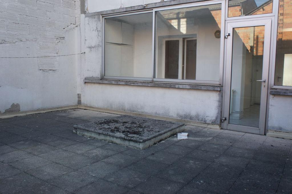 Villeneuve sur Lot, plein centre, proche des commodités, appartement  à vendre situé au premier étage d'une résidence calme comprenant  7 lots de co-propriété. Appartement de 65,62 m2 comprenant entrée, séjour de 20,27 m2, cuisine indépendante de 15,55 m2