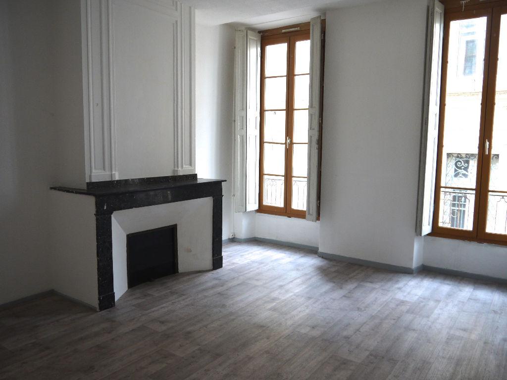 Villeneuve sur Lot, centre ville, proche des commodités, appartement T3, de 66,6 m2. Agréable appartement de type 3 situé au 1er étage. L'appartement comprend : une pièce de vie avec un coin cuisine, deux chambres, une salle d'eau et un WC indépendant. Do
