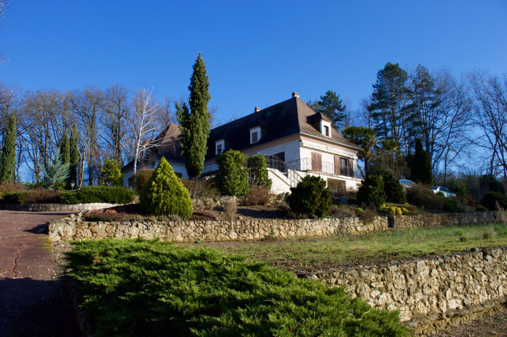 A Villeneuve sur Lot, grande maison bourgeoise en pierres d'environ 301 m2 avec 6 chambres, séjour de 44 m2, cuisine de 31 m2, sur un terrain arboré de 1,7  hectare avec piscine.