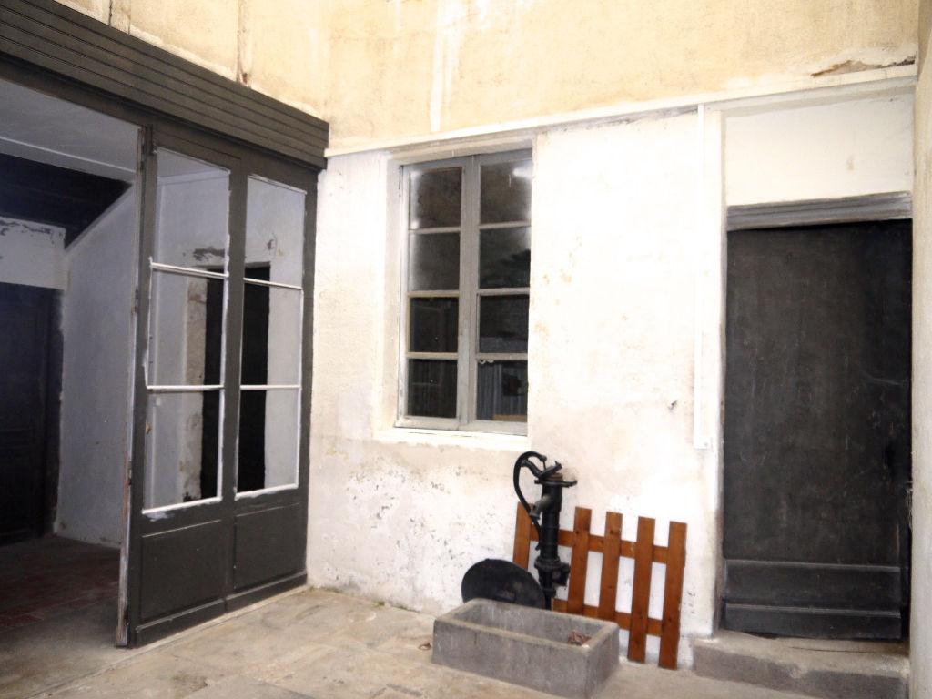 A Villeneuve sur Lot, rive droite, immeuble de rapport comprenant 5 appartements. Bâtisse atypique comprenant une petite cour intérieure. Cet ancien hôtel particulier fût bâti au XIX° en plein coeur de la bastide, avant d'être redistribué en 5 logements :