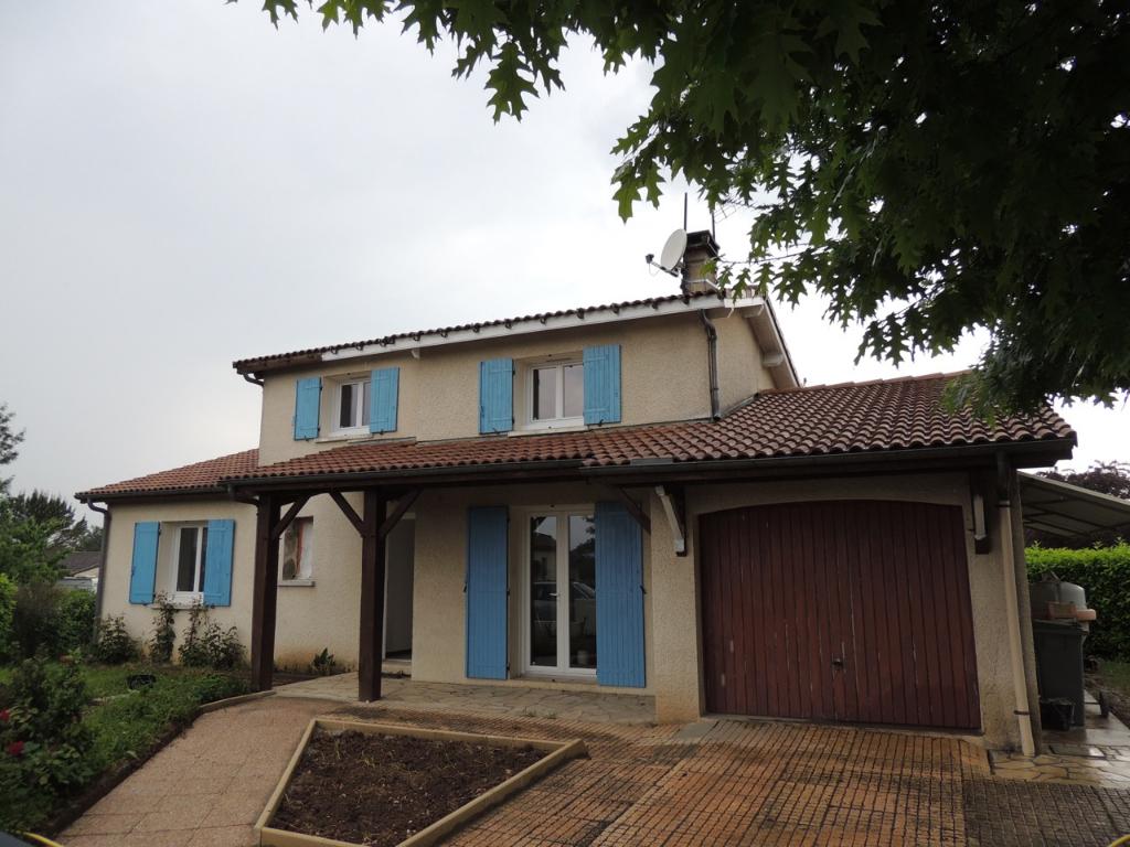 VILLENEUVE SUR LOT, proche du quartier d'Eysses agréable maison de type 4  d'environ 96,60 m2 entièrement refaite avec jardin et garage.  Au bout d'une impasse maison comprenant en RDC : entrée, cuisine équipée, pièce de vie avec cheminée insert, salle d'