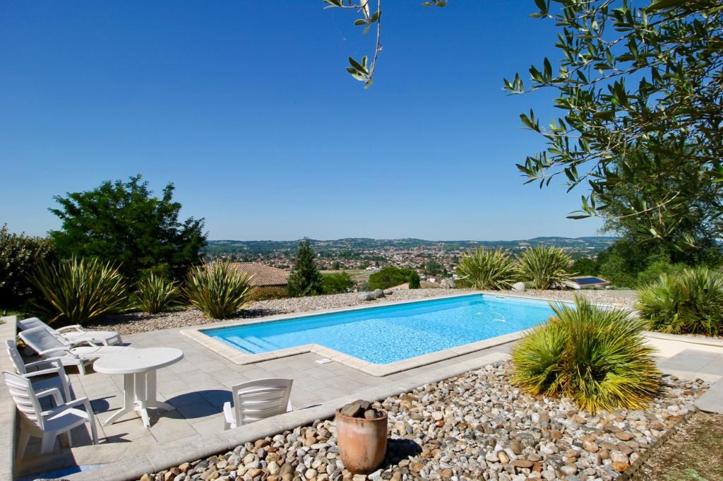 Située au Sud de Villeneuve sur lot, sur la commune de Pujols, villa contemporaine de qualité d'une surface totale de 260 m² dont 175 m² habitables avec vue panoramique, piscine, et appartement indépendant sur une parcelle aménagée et arborée de 1678 m² .