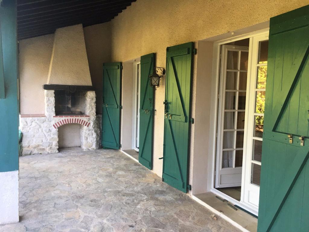 Villeneuve sur Lot, en campagne, vous apprécierez le calme et l'environnement très agréable de cette maison dans un jardin arboré (fruitiers : prunes poires cerisier figuier'.) bien équilibré et sans vis-à-vis. La maison de 1980 est semi-enterrée et en bo