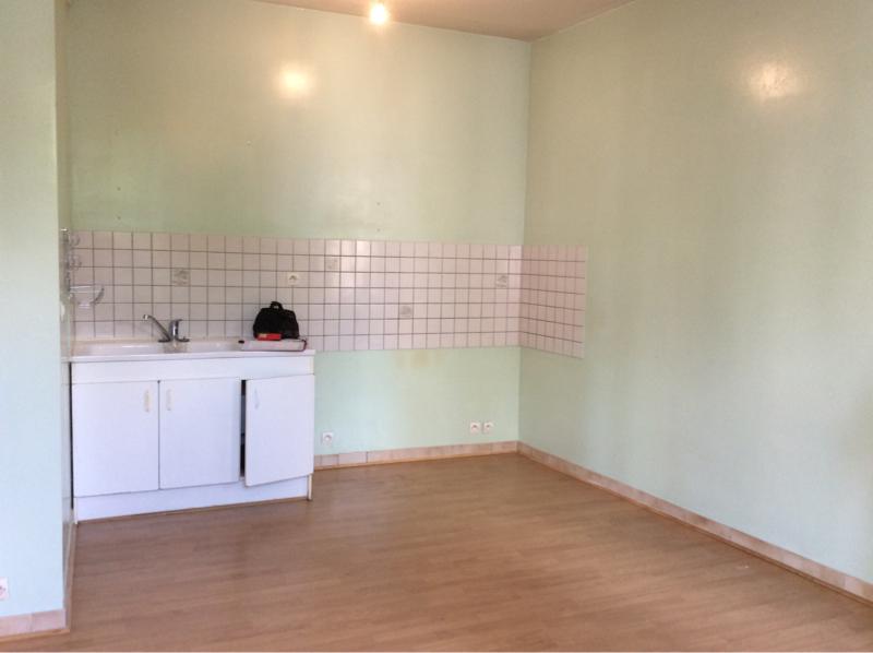 Au centre de Castelmoron sur Lot,  dans un village avec toutes les  commodités, appartement de type T3, de 44,18 m2. Elle se compose de deux chambres, d'une pièce de vie avec son coin de cuisine.