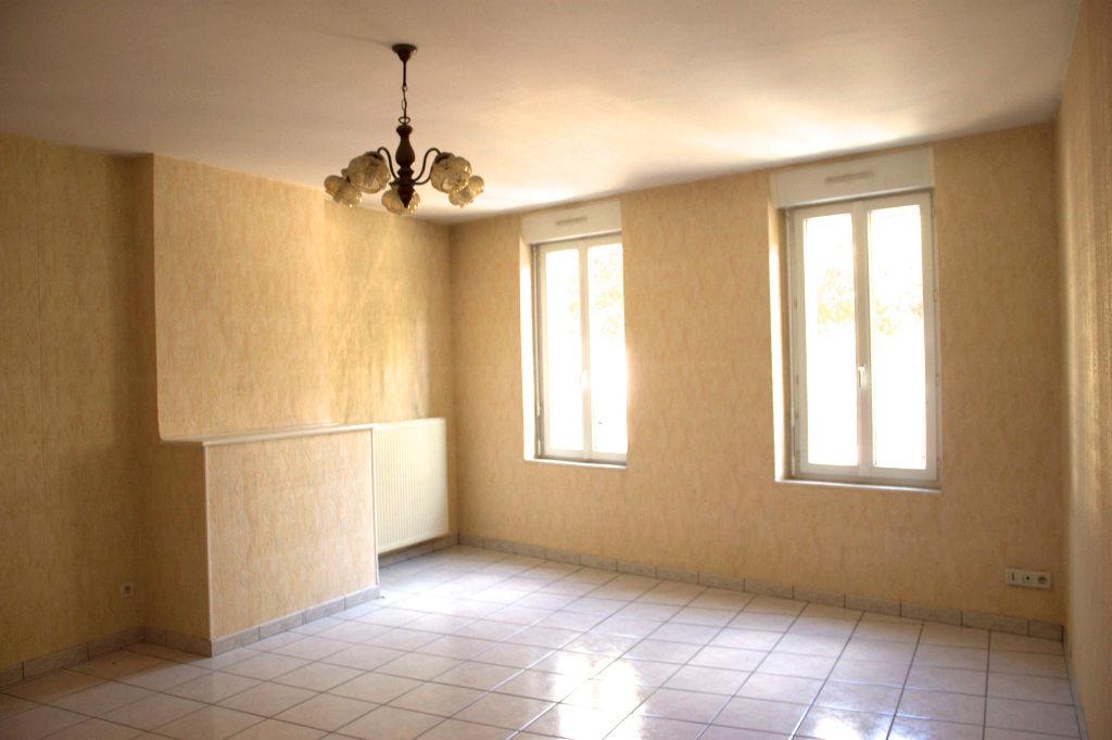A Castelmoron sur Lot,  dans un village avec toutes les  commodités, maison de ville de type T3,  de 87,20 m2. Vous apprécierez cette maison pour la taille de ses pièces: grande pièce de vie de 26,25 m2,  une cuisine indépendante de 13,24 m2, et à l'étage