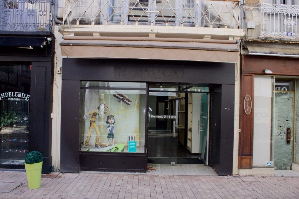 Immeuble avec local commercial en RDC et appartement sur 2 étages à Villeneuve Sur Lot, rue piétonne, zone numéro 1. En rez de chaussée : surface de vente d'environ 47 m2. Au premier étage, surface de vente ou réserve d'environ 42 m2. En duplex entre le p