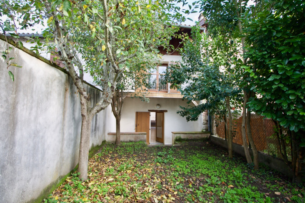 Castelmoron, dans une rue calme avec jardin, agréable maison de ville de 106,59 m2 entièrement refaite avec un jardin sur l'arrière en rez-de-chaussée et un balcon à l'étage avec vue. 3 chambres.