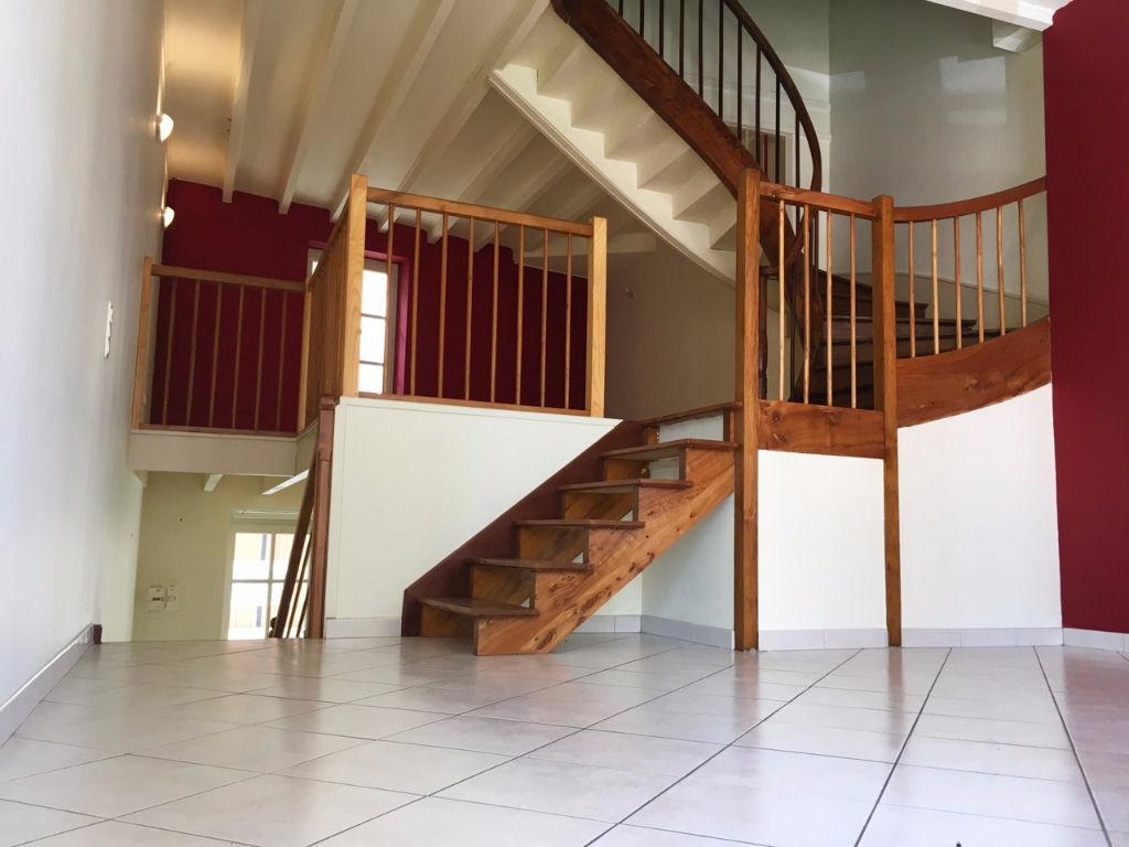 Castelmoron centre, vous aimerez cette maison de village de 101 m2 très lumineuse avec ses grandes ouvertures.