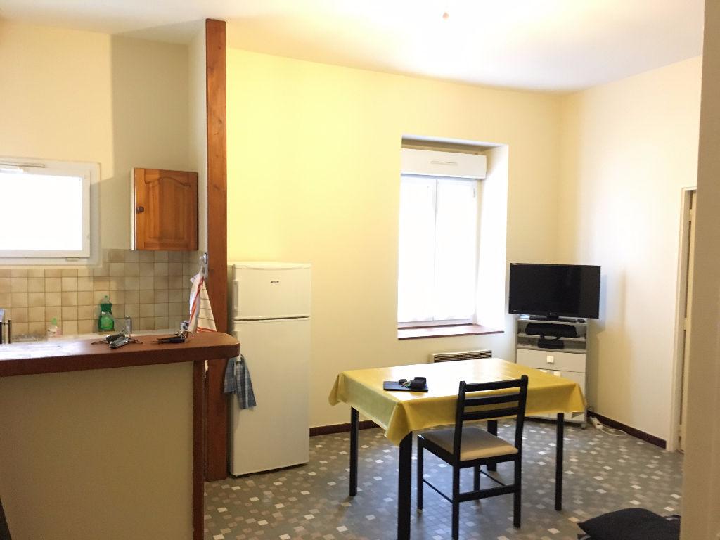 CASTELMORON SUR LOT,  dans une rue calme en ville, vous apprécierez cet appartement de 2 pièce(s), en bon état.  Sa surface de 41.35 m2 est agréable. L'appartement est composé d'un agréable séjour de 19,58 m2, d'une chambre de 16,36 m2 d'une salle d'eau e