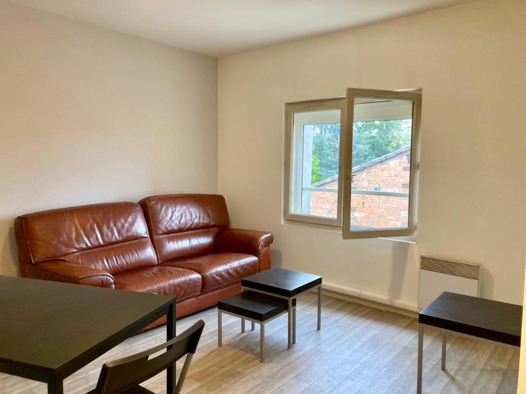 Castelmoron sur Lot, au coeur du village, agréable appartement T2  au dernier étage de l'immeuble, en excellent état  de 29,60 m2. Cet appartement est situé au 1er étage d'un immeuble avec 4 appartements. Il est lumineux et son séjour de 19,2 m2 a un coin