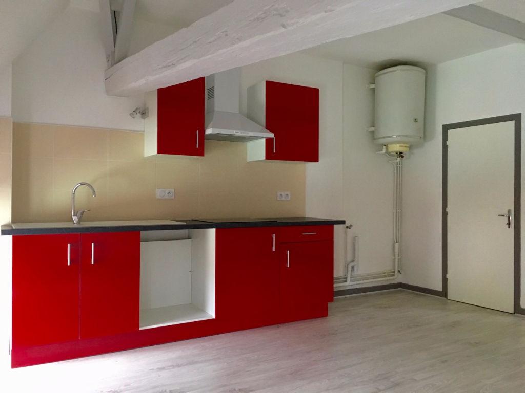 CASTELMORON-SUR-LOT, au dernier étage et sous les toits, agréable T2 d'environ 46,09 m2 au sol entièrement refait à neuf  comprenant une pièce de vie avec coin cuisine équipée, une chambre avec salle d'eau, entrée et WC. Double vitrage et chauffage électr