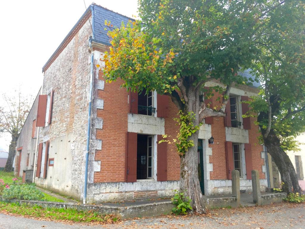 Au coeur de la Vallée du Lot, dans un pittoresque village secteur Castelmoron, maison de caractère d'environ 152 m2 avec vue dominante et jardin de 350 m2.