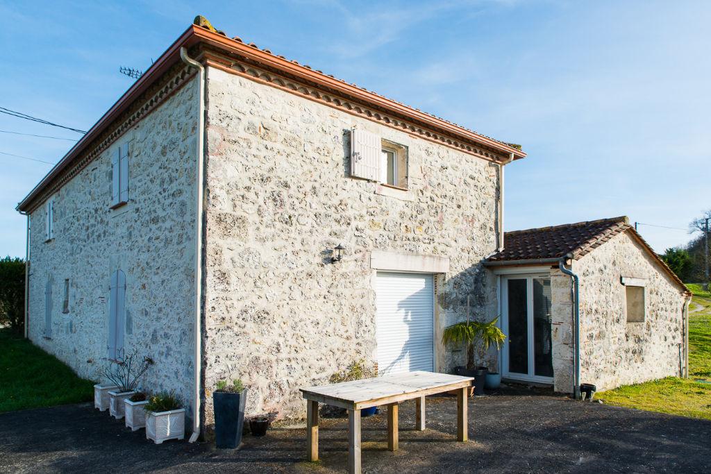 Dans un secteur très apprécié de Villeneuve sur Lot, maison en pierres d'environ 117,01 m2 avec jardin d'environ 2967 m2. Vous apprécierez la vue exceptionnelle dominante et lointaine , le charme de l'ancien joliment rénové, l'absence de vis à vis et un c