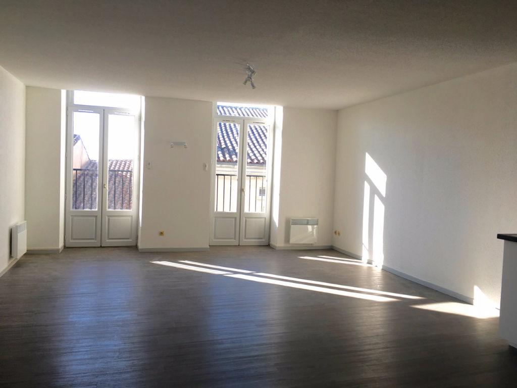 Dans un bel immeuble en pierre, appartement T3, orienté plein sud,  de 71,97 m2 entièrement refait à neuf comprenant : une entrée, une pièce de vie avec coin cuisine aménagée, deux chambres et une salle de bains avec WC.  Chauffage électrique, double vitr