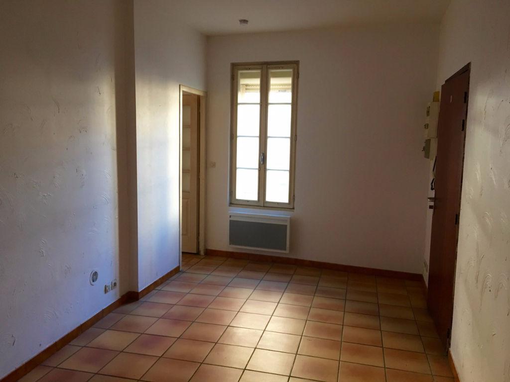 Appartement Castelmoron  26 m2 une pièce avec une cuisine attenante, et une salle d'eau. Proche commodités