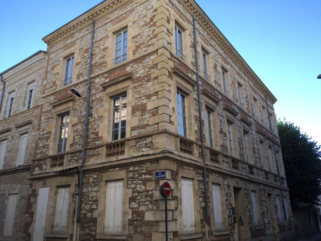 VILLENEUVE SUR LOT, Magnifique immeuble en pierres comprenant 9 lots sur trois étages.   En rez-de-chaussée un local professionnel loué à un cabinet d'avocat, loyer de 400 €CC bail en date du 01/01/2016.   Au 1er étage : un appartement T2 loué 325 €CC p