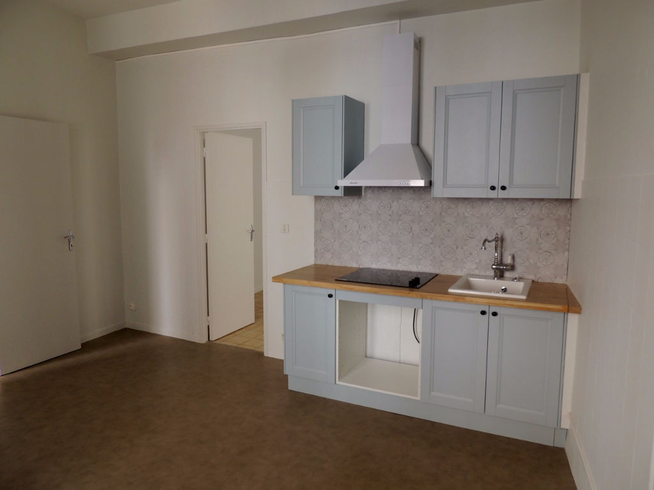 Appartement Castelmoron Sur Lot , appartement de plain pied de type 2 d'environ 39,02 m2  comprenant une pièce de vie avec coin cuisine équipée, une chambre, une salle d'eau et WC indépendant.  Chauffage électrique, double vitrage.