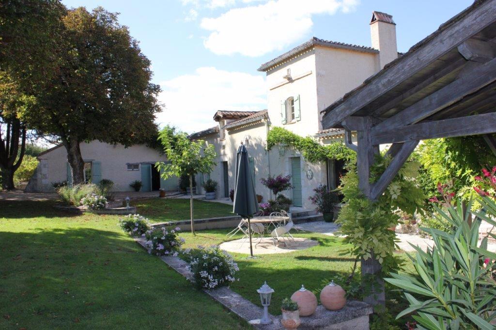 Aux abords du Quercy, demeure de charme et de caractère d'environ 351,42 m2 sur 8270 m2 de terrain, incluant 2 gîtes indépendants ainsi qu'une piscine à débordement sur la lisière d'un plateau avec vue panoramique sur la vallée et la bastide de Tournon d'