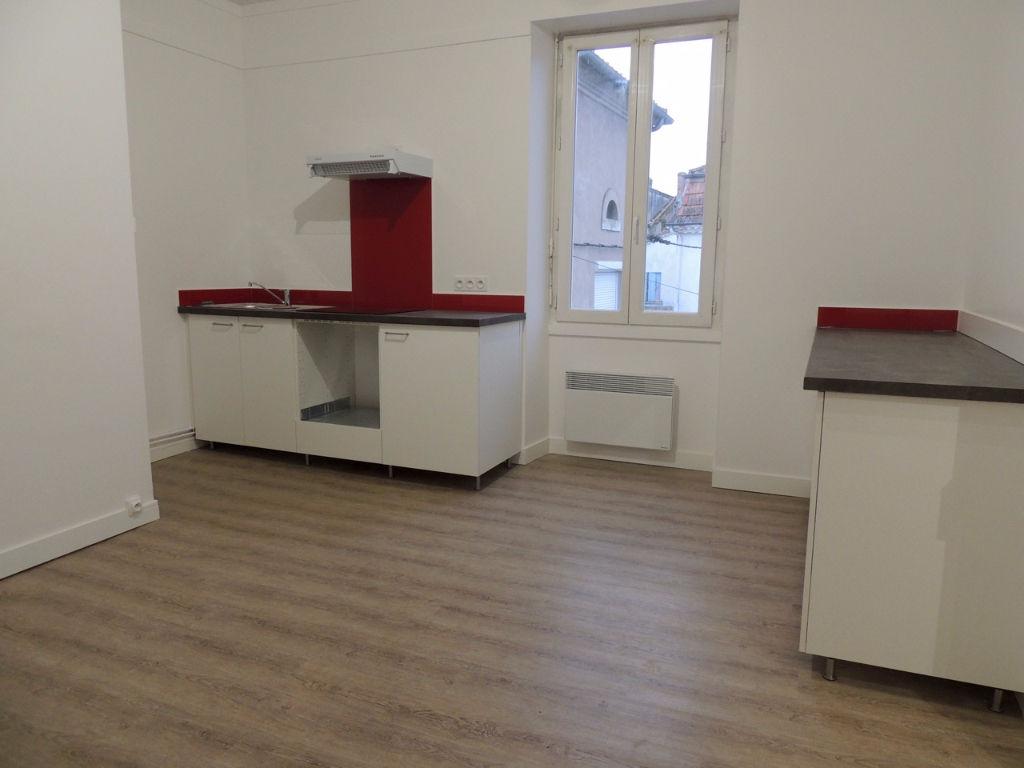 Dans un immeuble calme au 1er étage, agréable appartement de type 2 d'environ 66,11 m2 entièrement refait à neuf.   L'appartement comprend : une entrée, une cuisine équipée (plaque et hotte)  avec coin repas, un salon séjour, une chambre, une salle d'eau