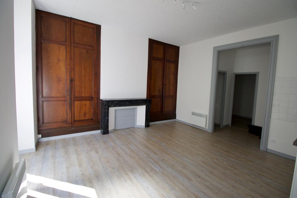 Appartement MONCLAR D'AGENAIS de 38,01 m2, au rez-de-chaussée d'un immeuble entièrement rénové , appartement comprenant : une pièce de vie avec coin cuisine équipée, une petite chambre , une salle d'eau et un WC.  Menuiseries double vitrage b