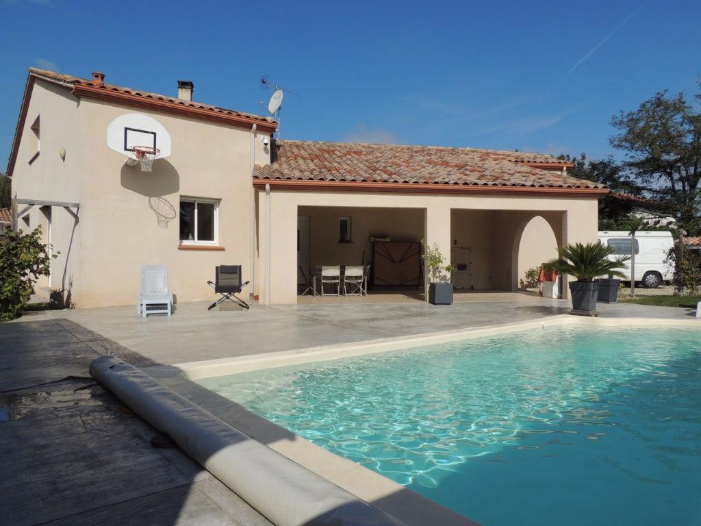 Villeneuve sur Lot, dans un quartier résidentiel, grande maison familiale de 2005 avec séjour cuisine américaine équipée, 4 chambres et bureaux, sur un jardin arboré de 944 m2 avec piscine