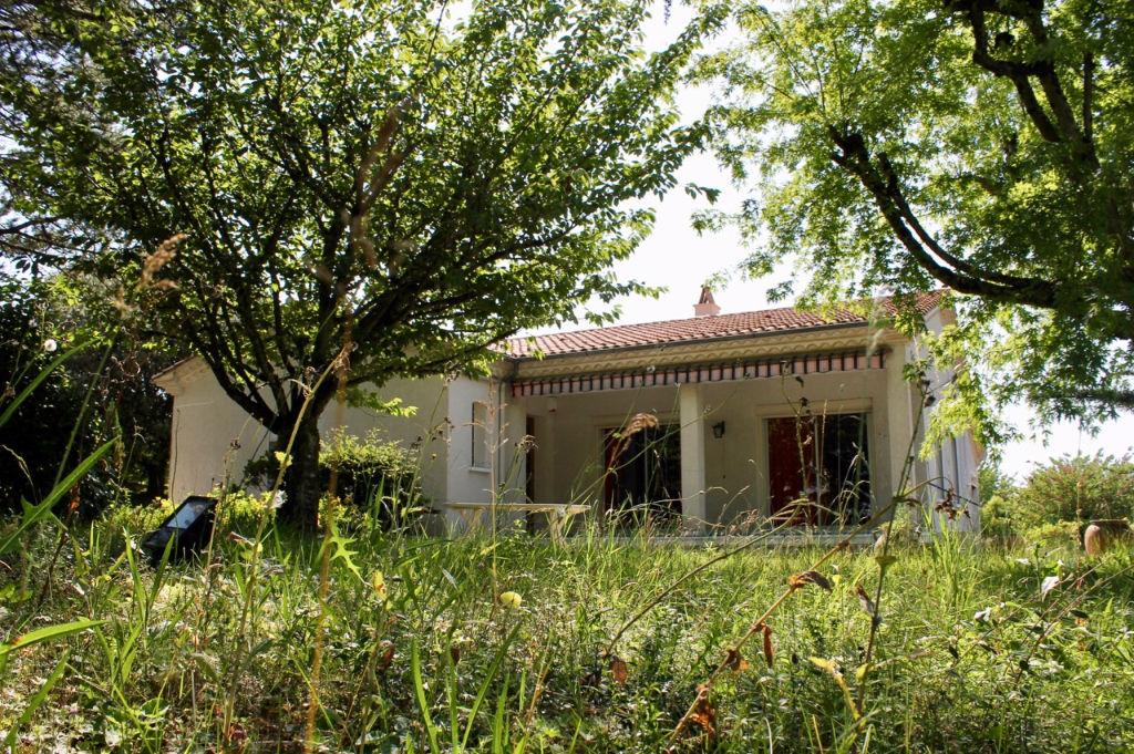 Secteur Cancon, entre Villeneuve sur Lot et Bergerac, proche des commerces, maison de plain pied d'environ 121,62 m2 dans quartier calme. Grande pièce de vie lumineuse de 39 m2, 3 chambres dont une de 14,79 m2 . Prestations de qualité : climatisation réve