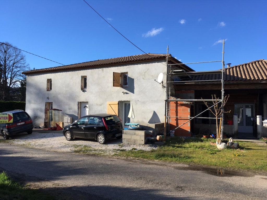 A Castelmoron/Lot, avec un accès au Lot, sur un terrain de 3810 m2, ensemble en pierres  comprenant une maison principale de 99 m2, deux logements loués (T3 et studio) pour un loyer mensuel de 750 €, une dépendance à aménager offrant une surface de 80 m2.