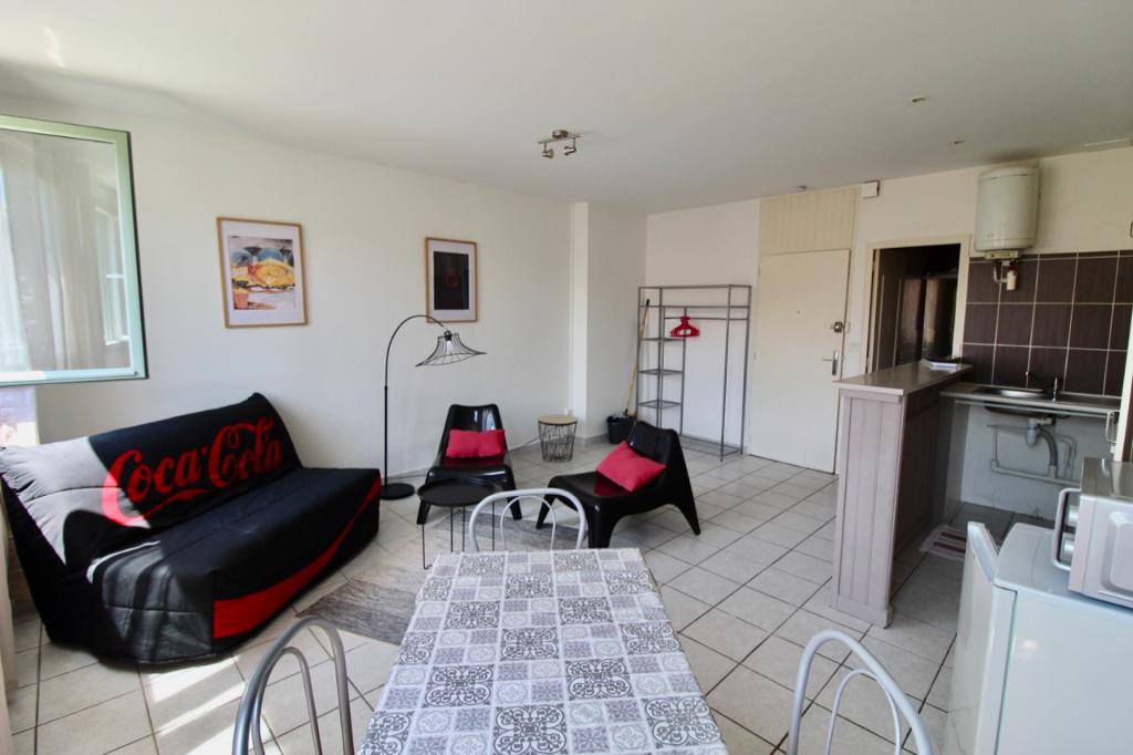 VILLENEUVE SUR LOT, à deux pas de l'IFSI, appartement de type studio d'environ  30 m2  entièrement meublé.  L'appartement comprend une pièce de vie avec un coin cuisine et une salle d'eau avec WC.  Double vitrage bois, chauffage électrique.