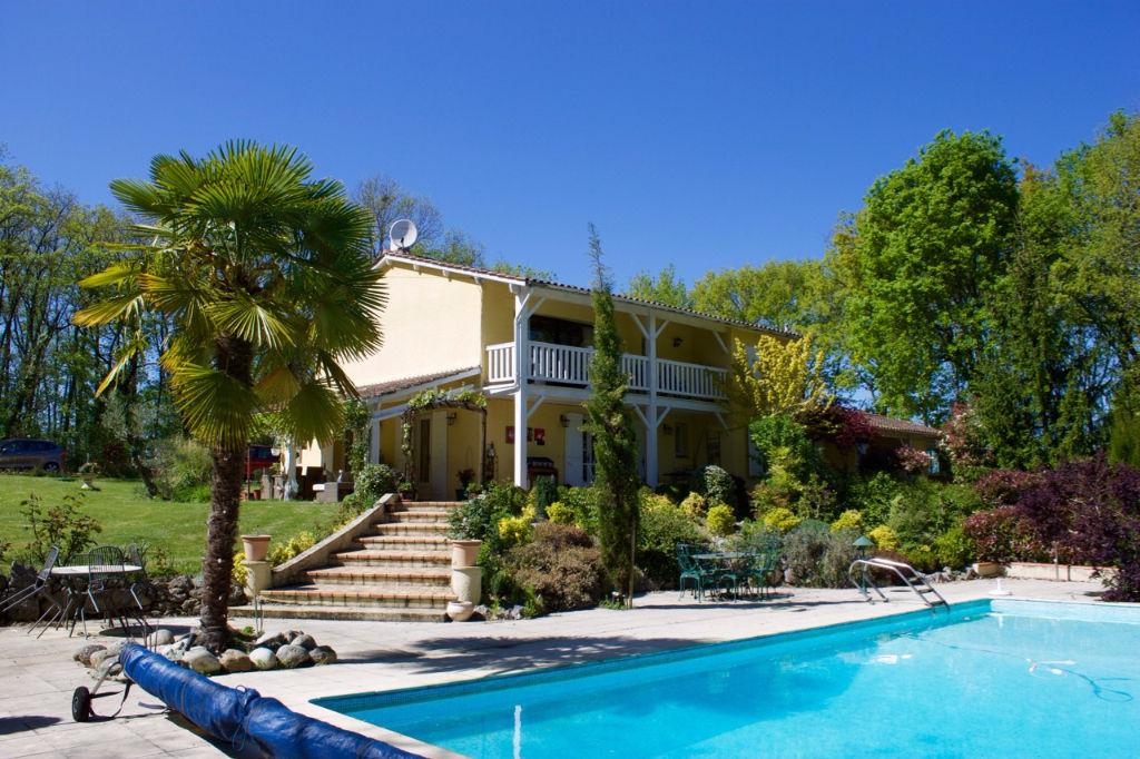 En campagne entre Villeneuve sur Lot et Agen, maison d'environ 232 m2 avec piscine. Super environnement  : calme absolu et pas de vis à vis.  L'intérieur de cette maison très bien entretenue propose 4 chambres et un bureau, une grande pièce de vie avec cu