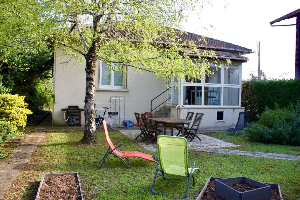 A deux pas du centre ville de Villeneuve sur Lot dans un quartier calme, maison d'environ 84,33 m2 avec jardin et jacuzzi extérieur 4 places ! Semi-enterrée, elle comporte 2 grandes chambres d'environ 15,28 et 16,06 m2, une cuisine  équipée ainsi qu'un sa
