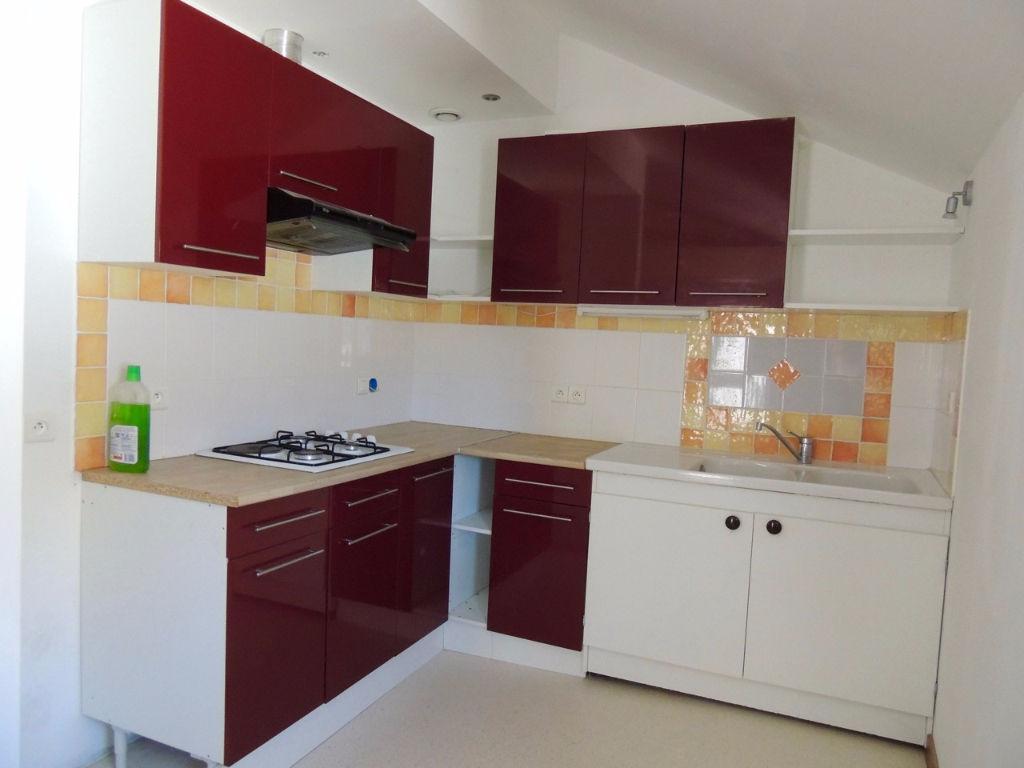 Dans un petit immeuble sur la place centrale de MONFLANQUIN, appartement entièrement rénové d'environ 38,25 m2 de type 2.  L'appartement comprend : une entrée, un salon séjour, une cuisine équipée, une chambre et une salle de bains avec WC. Chauffage élec
