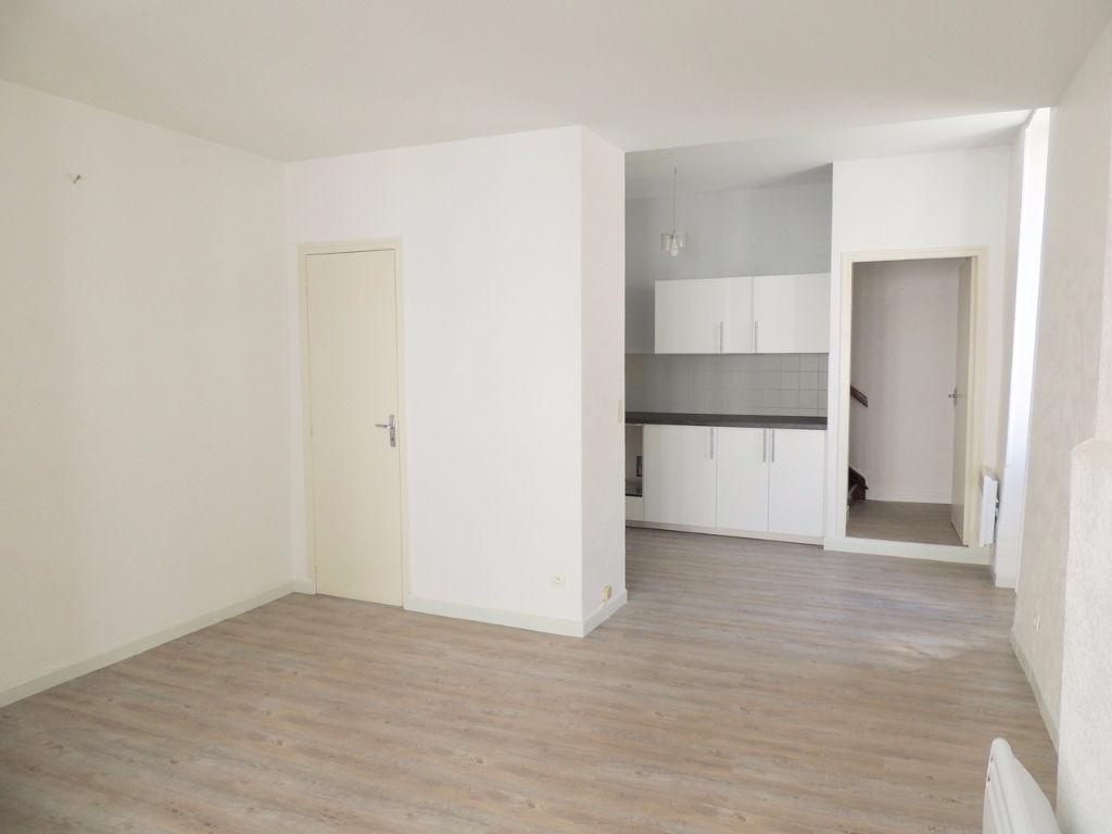 Villeneuve-Sur-Lot, appartement de type 2 en duplex d'environ 66,32 m2 entièrement refait à neuf. En rez-de-chaussée : entrée avec placard, pièce de vie, cuisine équipée. A l'étage : salle de bains, WC et chambre avec placards. Double vitrage, chauffage é