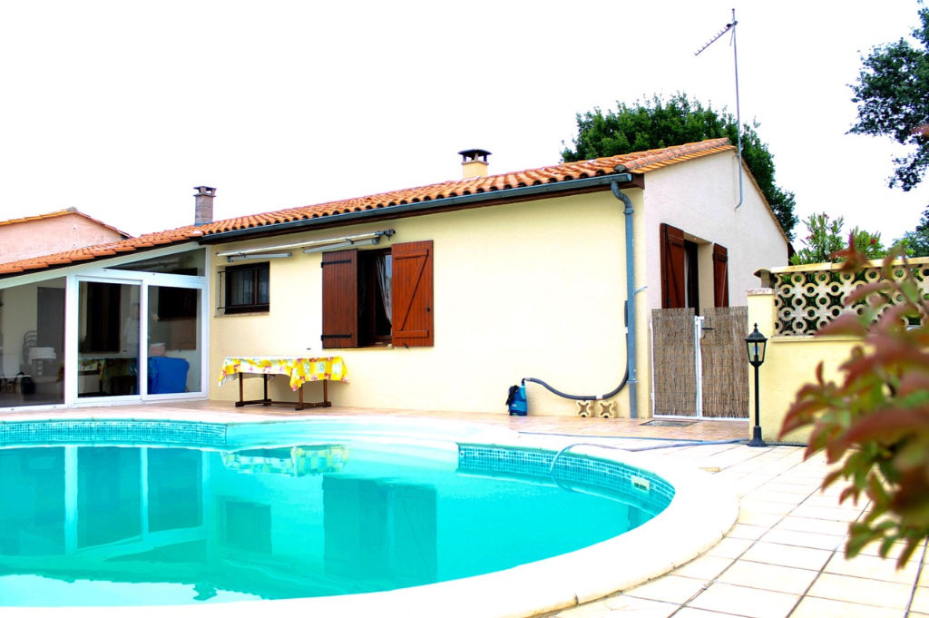 Villa  5 pièces Casseneuil  proche du centre dans un environnement calme,  plain pied d'environ 119m2 avec piscine sur jardin de 460m2. Entrée avec placards, séjour de 29m2  avec cheminée insert, cuisine aménagée équipée, wc, salle de bains, 3 chambres, v
