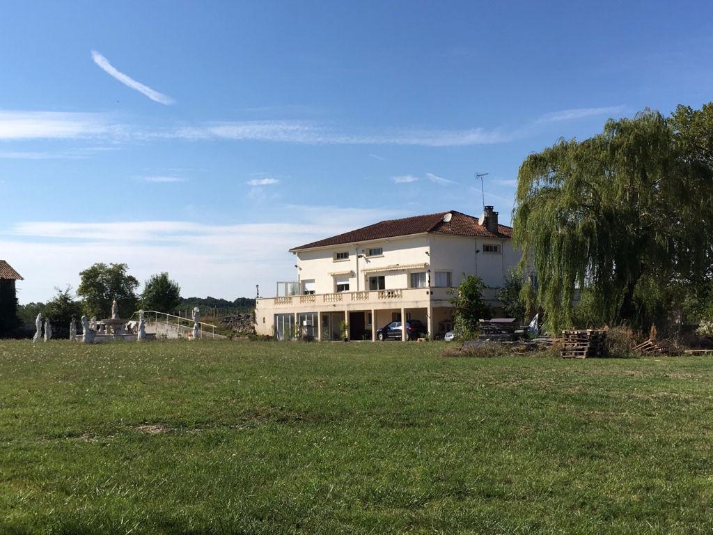 Secteur Castelmoron sur Lot, maison 230 m2 avec maison d'amis et dépendances avec piscine et 2.75 ha de terrain sans nuisance