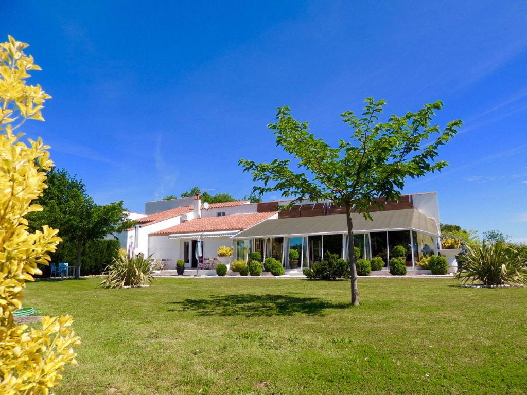 Aux portes de la Dordogne et du Lot, entre Tournon d'Agenais et Fumel, grande maison d'architecte d'environ 300 m2 habitables avec piscine couverte et tennis sur un terrain de 1,9 hectares.  On aime particulièrement : - les 2 grandes pièces de vie - la pe